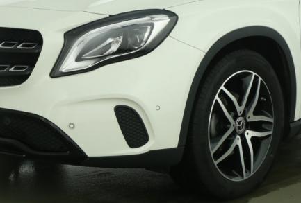 Mercedes-Benz GLA 200 7G PANO URBAN LED NAVI AHK DISTRONIC